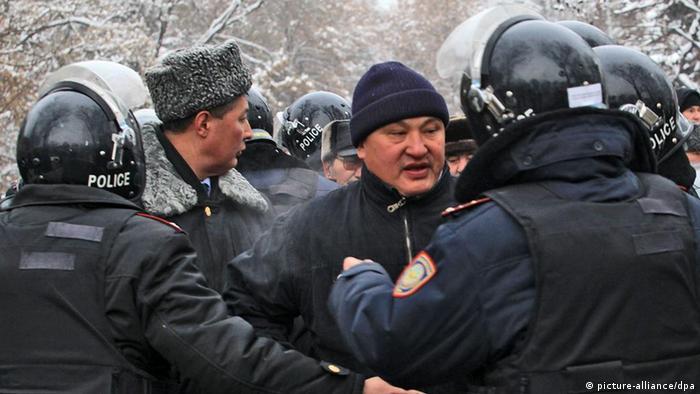 Казахстанская полиция во время беспорядков в Жанаозене