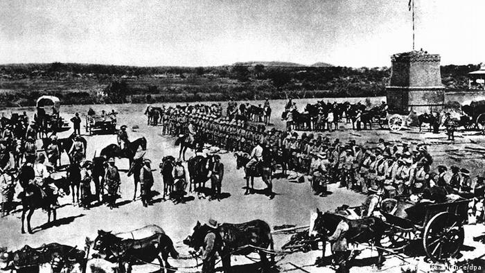 Deutsche Truppen vor dem Abmarsch in den Kampf gegen die aufständischen Hereros in Deutsch-Südwestafrika (Foto: dpa)