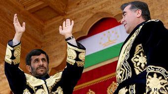احمدینژاد در لباس محلی تاجیکی در حضور رئیسجمهور رحمان
