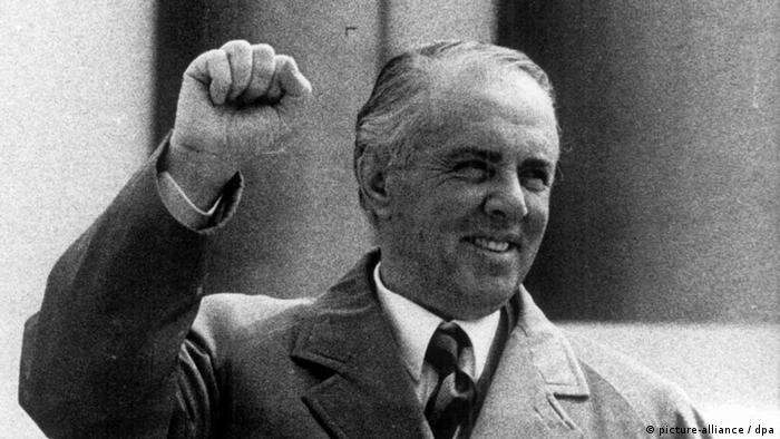 Nach dem jahrelangen strengen Antikommunismus unter dem inzwischen zurückgetretenen Staatspräsident Sali Berisha erlebt Albanien jetzt eine Nostalgiewelle für den kommunistischen Diktator Enver Hoxha (Foto von 1976). Zu dessen 89.Geburtstag am vergangenen Donnerstag (16.10.97) pilgerten Hunderte Hoxha-Verehrer an sein Grab, um ihre Sympathie für den kommunistischen Staatsgründer zum Ausdruck zu bringen. dpa -- nur s/w --