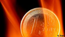 ARCHIV: Eine Muenze mit dem Wert Ein Euro, um die von Brennpaste erzeugte Flammen lodern, aufgenommen fuer eine Fotoillustration in Prisdorf (Foto vom 18.05.10). Bundesfinanzminister Schaeuble hat sich nun doch fuer eine Staerkung des Euro-Rettungsschirms ausgesprochen. (zu dapd-Text) Foto: Philipp Guelland/dapd