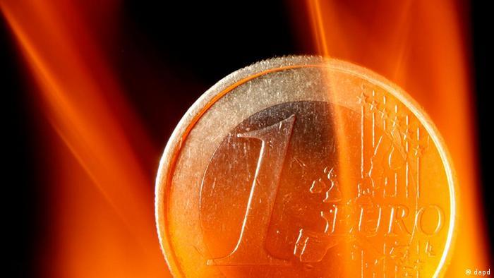 Deutschland Geld Währung Euro in Flammen Symbolbild