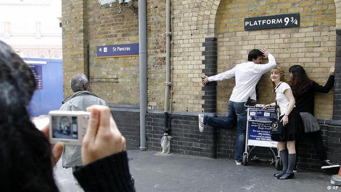 Bahnhof Kings Cross in London mit Gleis 9 3/4, Touristen versuchen, durch die Wand zu tauchen. (Foto: dpa)