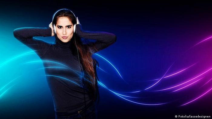 Woman with headphones, Copyright: Fotolia/lassedesignen