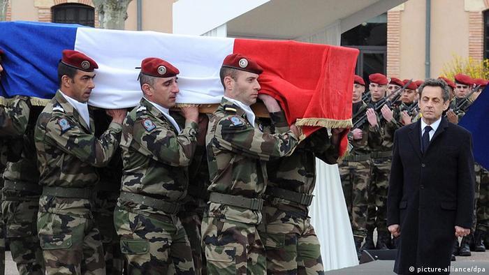 Frankreich Begräbnis Ehrung der getöteten Soldaten druch den Schützen Mohamed Mehra (picture-alliance/dpa)
