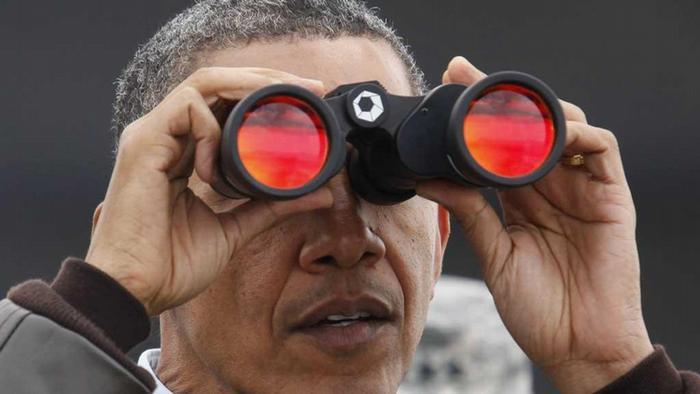 US-Präsident Obama mit Fernglas an Grenze zwischen Süd- und Nordkorea