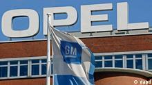 Eine GM-Fahne weht unter blauem Himmel am Donnerstag, 15. Oktober 2009, vor dem Opel Werk in Bochum, Nordrhein-Westfalen. Der kanadisch-oesterreichische Autozulieferer Magna und Opel-Eigentuemer General Motors (GM) stehen kurz vor der Vertragsunterzeichnung zum Verkauf. (ddp images/AP Photo/Martin Meissner)--- GM flags blowing under a blue sky in Bochum, western Germany, Thursday, Oct. 15, 2009. General Motors Co. and Canada's Magna International Inc. are close to sign the contracts about the selling of carmaker Opel. (ddp images/AP Photo/Martin Meissner)
