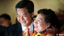 Former convener of Hong Kong's Executive Council Leung Chun-ying, left, and his wife Regina, right, celebrate his victory in the chief executive election Sunday, March 25, 2012. Leung was declared the semiautonomous territory's next chief executive by election officials after securing 689 votes from a 1,200-seat committee of business leaders and other elites. (Foto:AP/dapd).