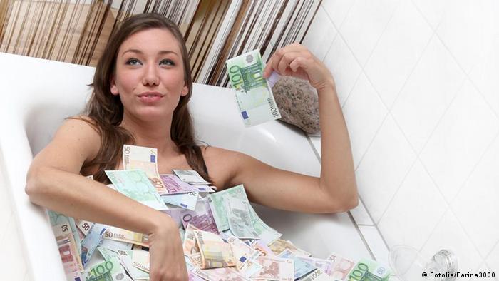 Žena u kadi punoj novca