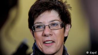 Saarlands Ministerpräsidentin Annegret Kramp-Karrenbauer (CDU) vor der Abgabe ihrer Stimme für die Landtagswahl im Saarland. Foto: Oliver Lang/dapd