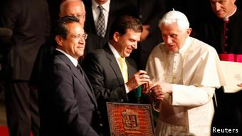 Pope Benedict XVI (R) receives the keys of the city of Leon from the mayor Ricardo Sheffield (C) as state governor Juan Manuel Oliva looks on in Leon March 24, 2012. The Pope is on a three-day visit to Mexico. REUTERS/Tomas Bravo (MEXICO - Tags: RELIGION)