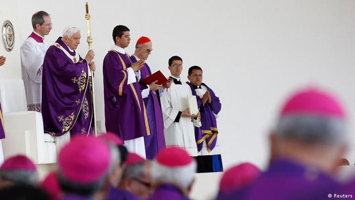 Pope Benedict XVI celebrates a mass at the Parque del Bicentenario in Leon, Mexico March 25, 2012. REUTERS/Tony Gentile (MEXICO - Tags: RELIGION POLITICS)