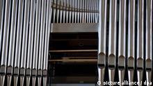 Blick auf die neue Orgel des Doms von Speyer, aufgenommen am 08.09.2011. Nach mehr als einem Jahr ist das Werk fast vollendet. 5496 Orgelpfeifen bekommen derzeit im Speyerer Dom ihren letzten Schliff, für kommenden Sonntag (18.09.) ist der feierliche Weihegottesdienst angesetzt. Dann wird das mächtige Instrument zum ersten Mal öffentlich erklingen. Foto: Uwe Anspach dpa/lrs (zu dpa lrs-Korr: «Eine neue Orgel für den Speyerer Dom » vom 11.09.2011)