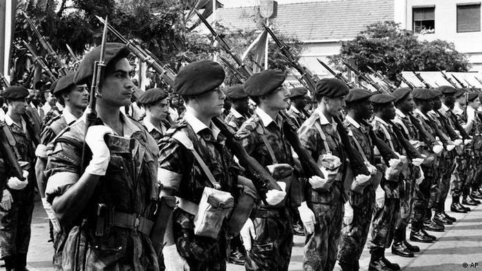 Uma patrulha de soldados portugueses, incluindo alguns de origem africana, em Angola durante o período colonial