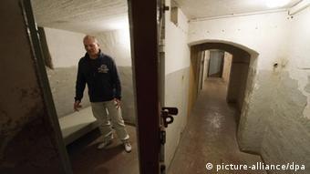 ARCHIV - Der ehemalige Insasse Ralf Weber (54) steht am 07.11.2009 in einer Zelle im Dunkelzellentrakt des ehemaligen Geschlossenen Jugendwerkhofes Torgau. Mit einem 40 Millionen Euro Hilfsfonds wollen die ostdeutschen Länder und der Bund ehemalige DDR-Heimkinder entschädigen. Die Kinder und Jugendlichen seien in den Spezialheimen und Jugendwerkhöfen Gewalt und sexuellem Missbrauch ausgesetzt gewesen, sagte Thüringens Sozialministerin Taubert (SPD) am Mittwoch (21.03.2012) in Erfurt. Foto: Peter Endig dpa/lth (zu lth 0024 vom 21.03.2012) +++(c) dpa - Bildfunk+++