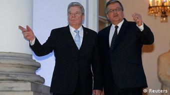 Poland's President Bronislaw Komorowski (R) speaks with his counterpart Joachim Gauck, newly elected German President on his first foreign visit, at the Belvedere Palace in Warsaw, March 26, 2012. REUTERS/Peter Andrews (POLAND - Tags: POLITICS)