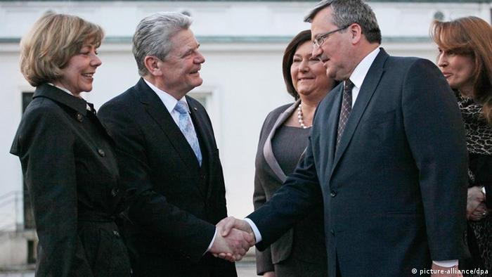 epa03160160 German President Joachim Gauck (2L) with his partner Daniela Schadt (L) and Polish President Bronislaw Komorowski (2R) with his wife Anna (C) during an official welcoming ceremony at the Belvedere Palace in Warsaw, Poland, 26 March 2012. Newly-elected President Joachim Gauck is paying his first official foreign visit to Poland. EPA/PAWEL SUPERNAK POLAND OUT +++(c) dpa - Bildfunk+++