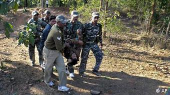 Security personnel carry an injured policeman after a landmine blast in the jungles of Bariganwa, in Jharkhand, India (Photo:AP/dapd)