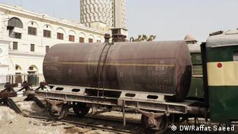 A grounded Pakistani train (Photo: Raffat Saeed/DW)