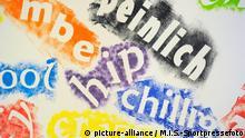 14.07.2010, Detailbilder aus der Grundschule. Hier ist kunstvoll die Kinder und Jugendsprache dargestellt. bombe, peinlich, chillig, hip, crazy, cool