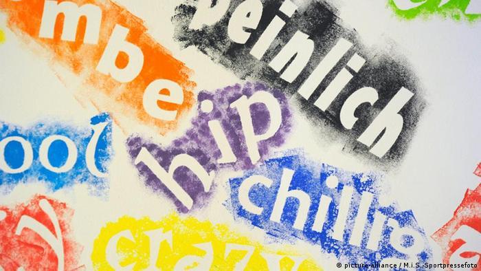 In bunter Farbe sind Worte wie hip, chillig und cool auf einem weißen Hintergrund zu lesen
