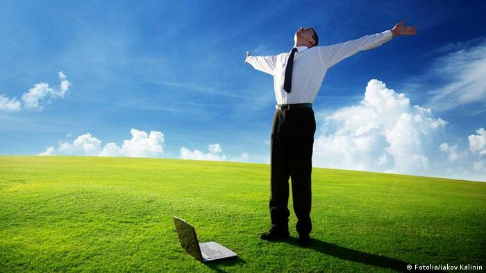 happy young businessman on spring field (Foto: Fotolia)
