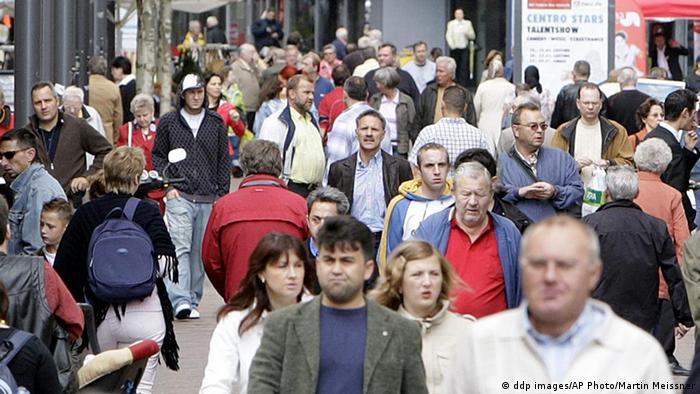 Quelle: AP +++ddp images/AP Photo/Martin Meissner+++ geladen am 27.03.2012 Beschreibung: * ARCHIV ** Passanten gehen am 28. Juni 2007 durch eine Fussgaengerzone in Gelsenkirchen. Trotz einer Zunahme bei den Geburten leben in Deutschland immer weniger Menschen. 2007 ging die Bevoelkerungszahl nach vorlaeufigen Ergebnissen um rund 97.000 zurueck, wie das Statistische Bundesamt in Wiesbaden am Donnerstag, 26. Juni 2008 mitteilte. (ddp images/AP Photo/Martin Meissner) ** zu APD9638 ** --People walk in a pedestrian area in downtown Gelsenkirchen, Germany, Thursday, June 28, 2007.