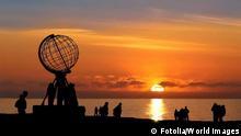 Nordkap b. Mitternachtssonne - North Cape w/ Midnight Sun nordkap; norwegen; mitternachtssonne; monument; globus; weltkugel; sonne; mitternacht; abend; silhouette; himmel; rot; sonnenuntergang; menschen; meer; panorama; felsen; skandinavien; berühmt; ausblick; überblick; fernblick; norden; arktis; sommer; sehenswürdigkeit; reise; urlaub; tourismus #30645061