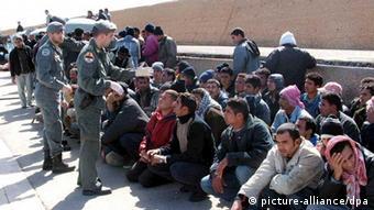 Wartende Flüchtlinge auf Lampedusa Foto: EPA/FRANCO LANNINO
