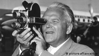 Filmregisseur Veit Harlan 1954 mit Kamera
