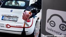ARCHIV - Ein Mitarbeiter der Stadtwerke Aachen schließt am Mittwoch (02.03.2011) ein Elektroauto an eine Ladestation in der Kölner Innenstadt an. Elektroautos könnten in deutschen Großstädten sofort in großem Maßstab eingesetzt werden - zusätzliche Ladesäulen sind dafür nicht nötig. Das ist das wichtigste Ergebnis eines noch laufenden Pilotprojekts in Köln. Foto: Oliver Berg dpa/lnw +++(c) dpa - Bildfunk+++