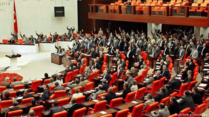 2002 haben die Abgeordneten der nationalistischen Partei MHP gegen die Abschaffung der Todesstrafe in Friedenszeiten abgestimmt