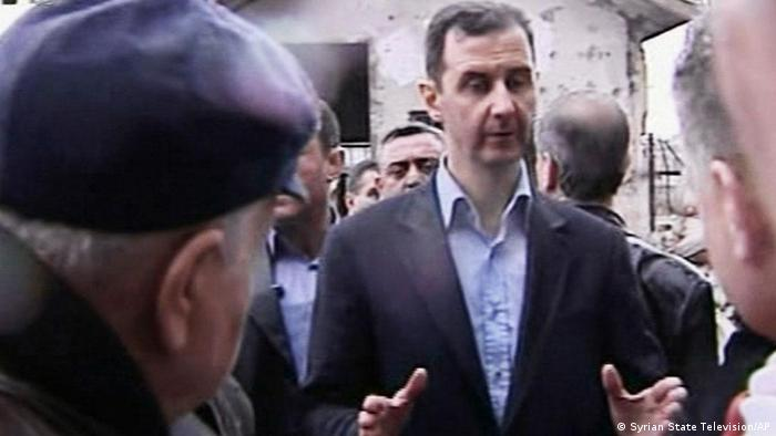 In this image made from video, Syrian President Bashar Assad visits Baba Amr neighborhood in Homs, Syria, Tuesday, March 27, 2012. Assad visited Baba Amr, a former rebel stronghold in the key city of Homs that became a symbol of the uprising after a monthlong siege by government forces killed hundreds of people many of them civilians as troops pushed out rebel fighters. Homs has been one of the cities hardest hit by the government crackdown on the uprising that began last March. (Foto:Syrian State Television via APTN/AP/dapd) SYRIA OUT TV OUT