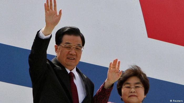 China's President Hu Jintao (L) and his wife Liu Yongqing wave upon their arrival at the airport in New Delhi March 28, 2012. Hu is in India to attend the BRICS (Brazil, Russia, India, China and South Africa) Summit in India on Thursday. REUTERS/B Mathur (INDIA - Tags: POLITICS)