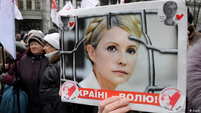 Supporters of former Ukrainian Prime Minister Yulia Tymoshenko take part in a rally in Kiev, Ukraine, Wednesday, March 28, 2012. Tymoshenko was sentenced to 7 years in prison in October on charges of abuse of office condemned as politically motivated by the West. The banner reads: 'Freedom for Ukraine' . (Foto:Sergei Chuzavkov/AP/dapd)