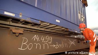 Ein Bahnmitarbeiter kontrolliert in Berlin den ersten Containerzug mit 100 Tonnen Mobiliar und Akten aus Bonner Ministerien. Auf dem Lehrter Güterbahnhof soll das Umzugsgut aus dem Innen- und Wirtschaftsministerium von der Schiene auf Lkw umgeladen werden.
