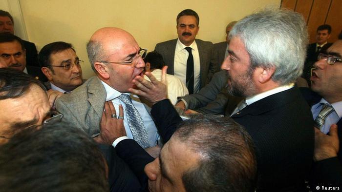 برخورد فیزیکی میان نمایندگان موافق و مخالف طرح اسلامی کردن نظامی آموزشی در پارلمان ترکیه