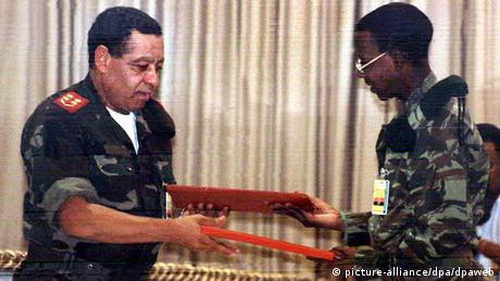 General Armando da Cruz Neto (esq.) das Forças Armadas de Angola e general Abreu Muengo Ukwachitembo Kamorteiro da UNITA na assinatura do acordo de paz em Luanda no dia 4 de abril de 2002