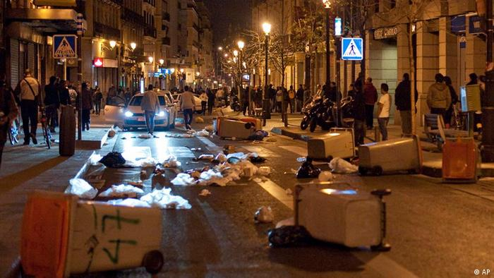 Demonstrators try to block a street during the general strike in Madrid, Thursday, March 29, 2012. Spanish unions angry over economic reforms are waging a general strike, challenging a conservative government not yet 100 days old and joining other troubled European workers in venting their frustration on the street. (Foto:Pedro Acosta/AP/dapd)