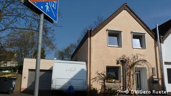 Investition die sich lohnt: Dieses Kölner Haus wurde energetisch saniert. Rund 25.000 € kostete die effiziente Wärmedämmung, Heizung, Lüftung und Beleuchtung. Der Energieverbrauch sank um über 60 Prozent. In den nächsten 20 Jahren werden nach DW-Berechnungen ca. 60.000 € weniger für Energie ausgegeben. Copyright: DW/Gero Rueter 2012