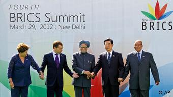 From left to right, Brazil's President Dilma Rousseff, Russian President Dmitry Medvedev, Indian Prime Minister Manmohan Singh,Chinese President Hu Jintao and South African President Jacob Zuma join hands during the group picture for the BRICS 2012 Summit in New Delhi, India, Thursday, March 29, 2012. Heads of States of the five nations are meeting in the Indian capital Thursday. (Foto:Saurabh Das/AP/dapd)