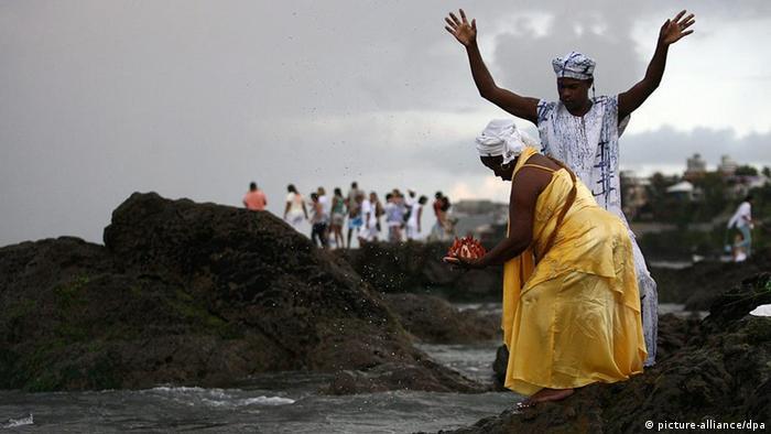 Devotos do candomblé homenageiam a deusa Iemanjá na praia da Paciência, em Salvador