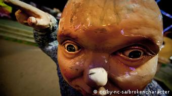 Eine hässliche große Gesichtsmaske, die aussieht wie ein Alien
