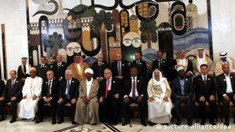 epa03163881 Arab leaders pose for a picture prior the opening session of the Arab Summit in Baghdad, Iraq, 29 March 2012. The Arab League summit, the first in two years, was opened in Baghdad amid high security, with the problems in Syria topping its agenda. At least 10 Arab heads of state and government were expected to attend the event, the first pan-Arab gathering to be held in Iraq since May 1990. EPA/AHMED JALIL +++(c) dpa - Bildfunk+++ usage Germany only, Verwendung nur in Deutschland