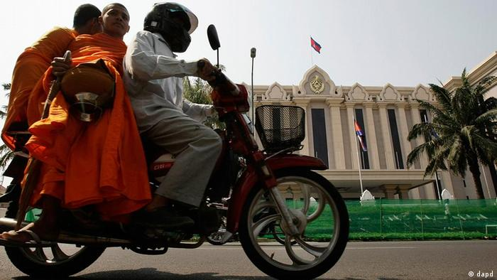 A man gives Cambodian Buddhist monks a ride in front of Cambodia Peace Palace in Phnom Penh (Photo: Heng Sinith)