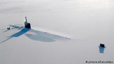 Submarine USS Annapolis rising above the ice (photo: picture alliance/dpa)