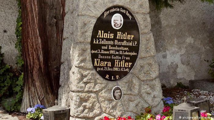 Makam orangtua Adolf Hitler, Alois dan Klara, di pekuburan Leonding, Austria, tahun 2002