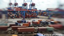 ARCHIV - Betrieb herrscht am Dienstag (19.07.2011) in Hamburg auf dem Containerterminal Altenwerder der Hafen und Logistik AG (HHLA) (Aufgenommen mit einem Spezialobjektiv -Lensbaby). Der deutsche Außenhandel ist trotz eingetrübter Konjunkturaussichten nach Einschätzung des DIHK weiter auf Rekordkurs. Foto: Angelika Warmuth dpa +++(c) dpa - Bildfunk+++