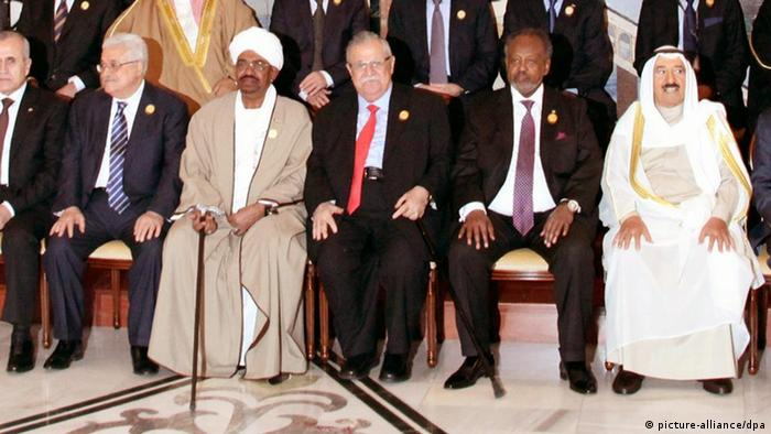 epa03164283 (L-R) Comoros President Ikililou Dhoinine, Lebanese President Michel Suleiman, Palestinian President Mahmoud Abbas, Sudanese President Omar al-Bashir, Iraqi President Jalal Talabani, Djibouti's President Ismail Omar Guelleh, Kuwait's emir Sheikh Sabah al-Ahmad al-Sabah, Somali President Sheik Sharif Sheik Ahmed, and Chairman of Libyan National Transitional Council Mustafa Abdul Jalil pose to photographers before the opening session of the Arab Summit in Baghdad, Iraq, 29 March 2012. The Arab League summit, the first in two years, was opened in Baghdad amid high security, with the problems in Syria topping its agenda. At least 10 Arab heads of state and government were expected to attend the event, the first pan-Arab gathering to be held in Iraq since May 1990. EPA/AHMED JALIL +++(c) dpa - Bildfunk+++