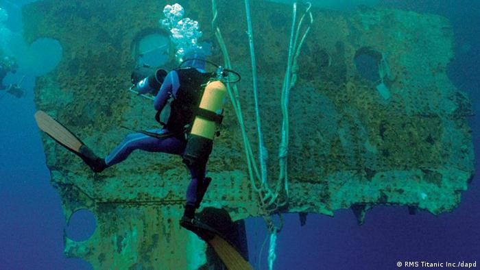 Taucher an der versunkenen Titanic (Foto: AP Photo/RMS Titanic, Inc.)